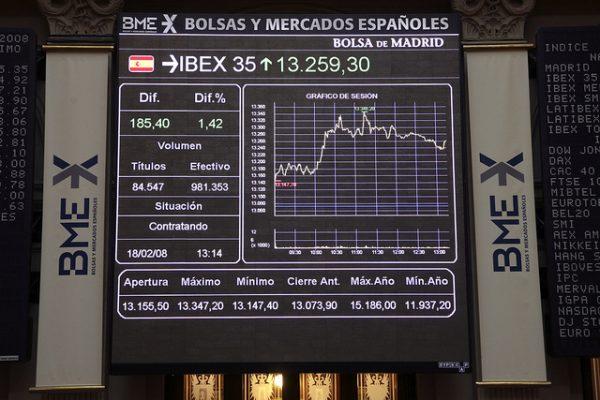 Panel central de actividad en el parquet de la Bolsa de Madrid